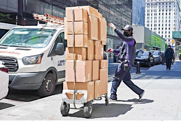 紐約市街頭的一名包裹遞送員。(Getty Imges)