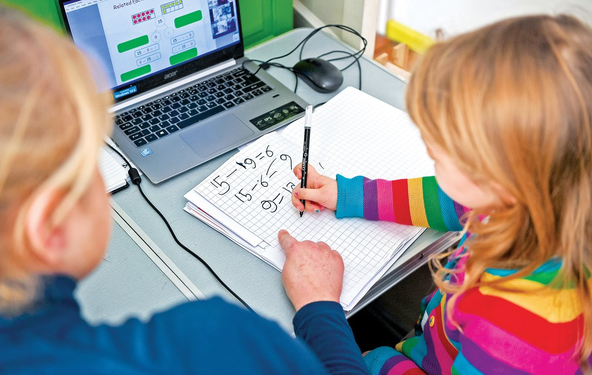 最近,俄勒岡州教育部門,推出一個「公平數學」的指導意見,目標主要是打破「白人至上文化」。圖為家長在指導孩子學習算術。(Getty Images)