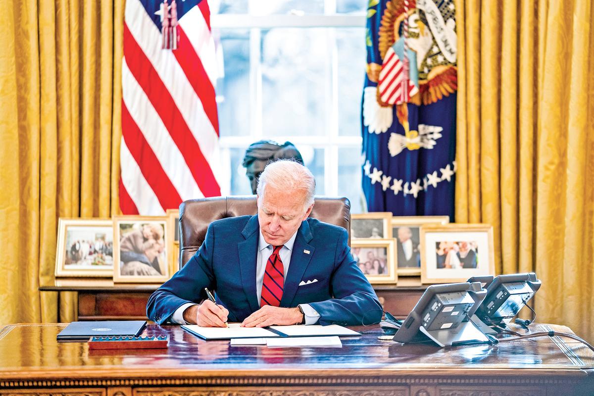 拜登擔任總統之後,第一批簽署的行政令,包括了一個性別平等的命令。(Getty Images)