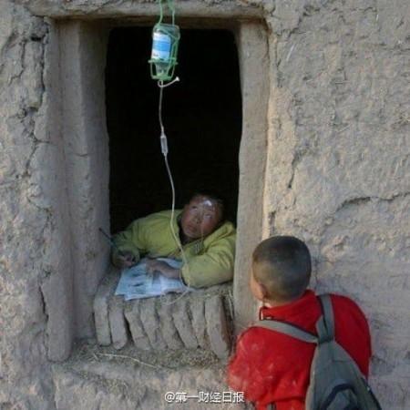 大陸網民熱傳的這張照片諷刺和揭示了中共治下的「中國三座大山:教育、醫療和住房。」(網絡圖片)