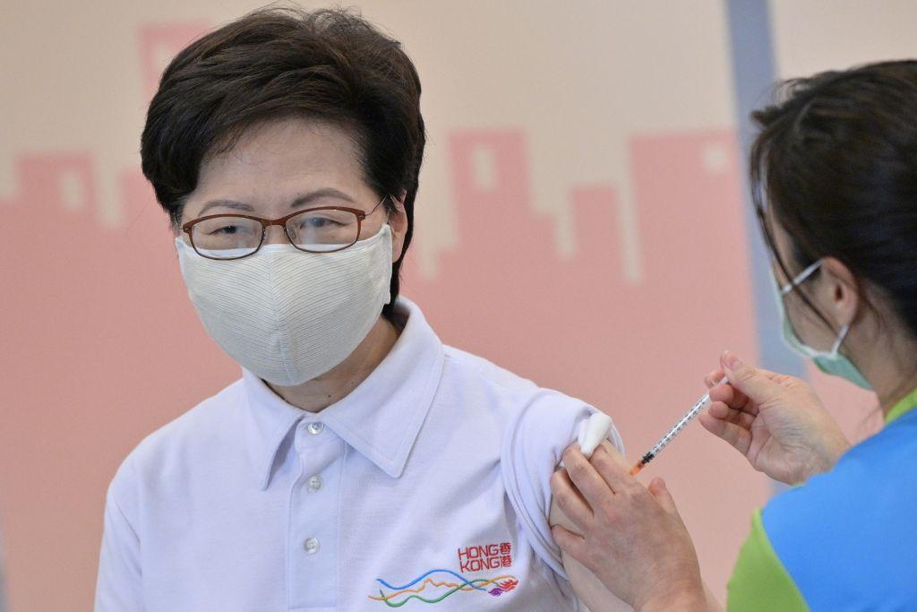 香港特首林鄭月娥在公眾面前接種科興中共病毒(新冠肺炎)疫苗。(ANTHONY WALLACE/AFP via Getty Images)