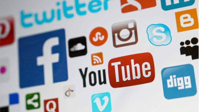 Gab創始人發出警告,科技巨頭們下個目標是奴役人類。社交媒體Parler新任CEO推動召開的「州大會」,被質疑存在資助法西斯主義的索羅斯改寫憲法隱患。圖為手機屏幕上顯示的社媒徽標。(OZAN KOSE/AFP)