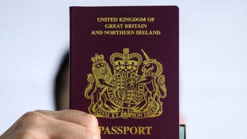 BNO護照。(ANTHONY WALLACE/AFP)