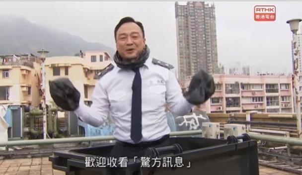《頭條新聞》2020年2月14日的節目中,藝人王喜飾演的角色「忠勇毅」手纏頭套垃圾袋,從垃圾桶中出場。(港台影片截圖)
