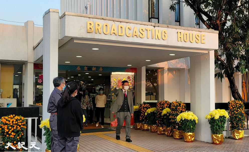 2月19日傍晚,前任廣播處長梁家榮結束最後一天工作離開港台。(霄龍/大紀元)