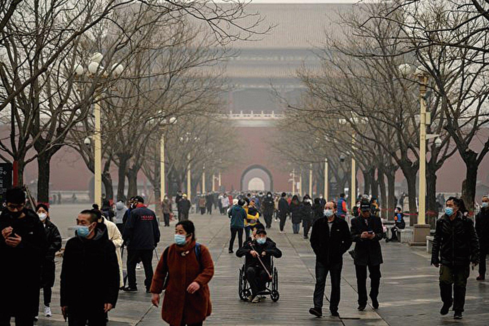 中國新年期間,多地出現陰霾天氣。圖為2021年2月13日、大年初二北京的陰霾情況。( NOEL CELIS/AFP via Getty Images)