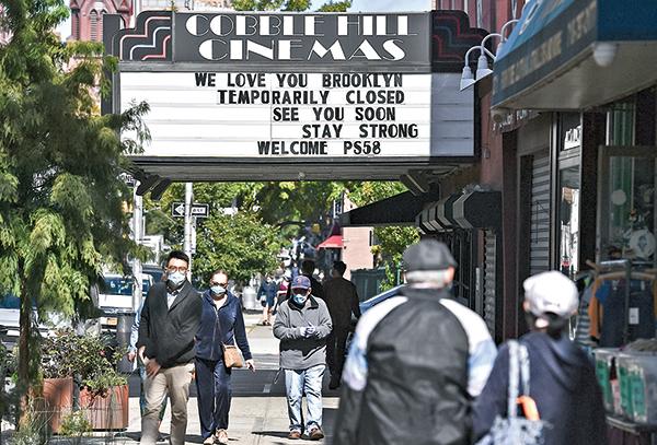 紐約市一家Cobble Hill Cinemas電影院打出關門告示。(Getty Images)