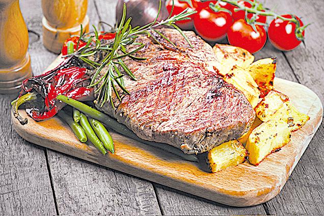 氣炸烤牛排可搭配迷迭香、烤薯仔和蔬菜。