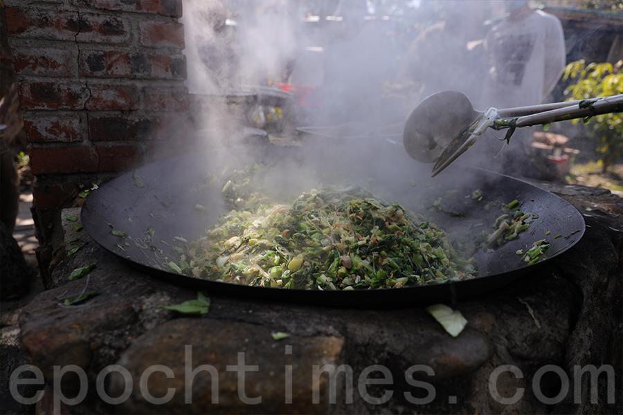 薄扶林村鶴佬菜茶製作活動在村中的菜園地舉行。(陳仲明/大紀元)