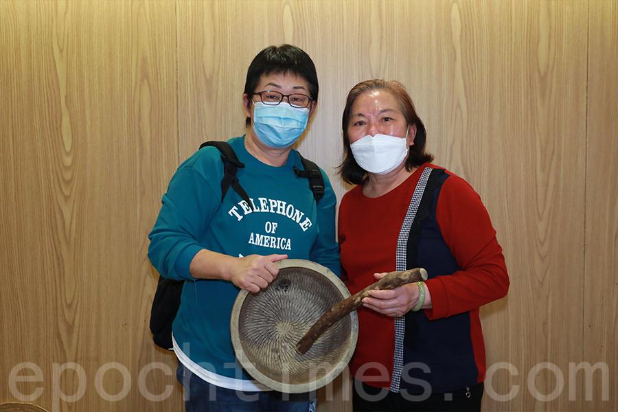 薄扶林村民莊秋蘭(左)和何淑文(右)介紹菜茶的製作過程。(陳仲明/大紀元)