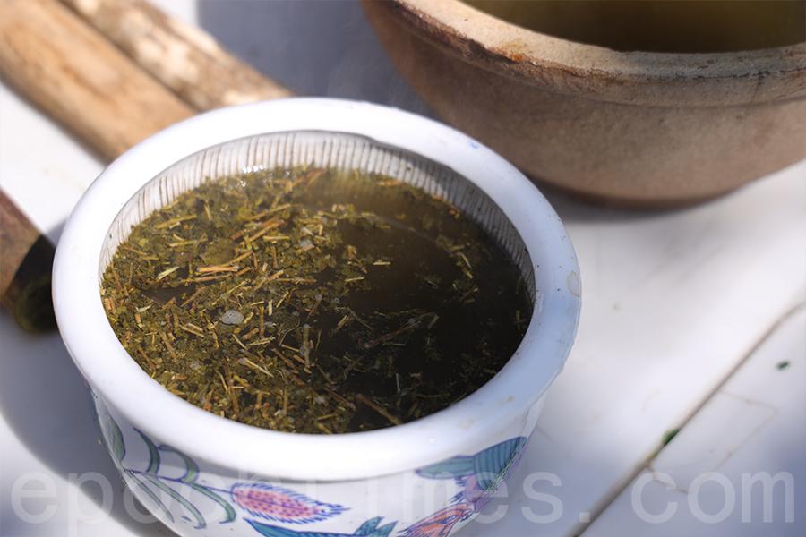 擂好的茶葉最後再加上滾燙的熱水,製作成「擂茶湯」。(陳仲明/大紀元)
