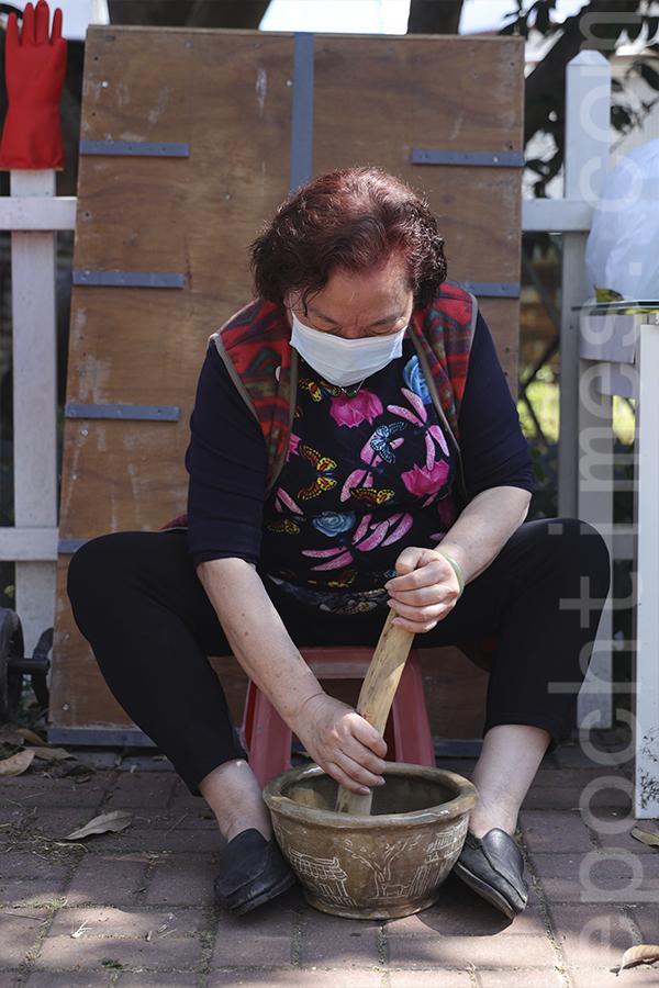 薄扶林村民表示,擂茶時將擂砵放在地上,這樣「擂」最為受力。(陳仲明/大紀元)