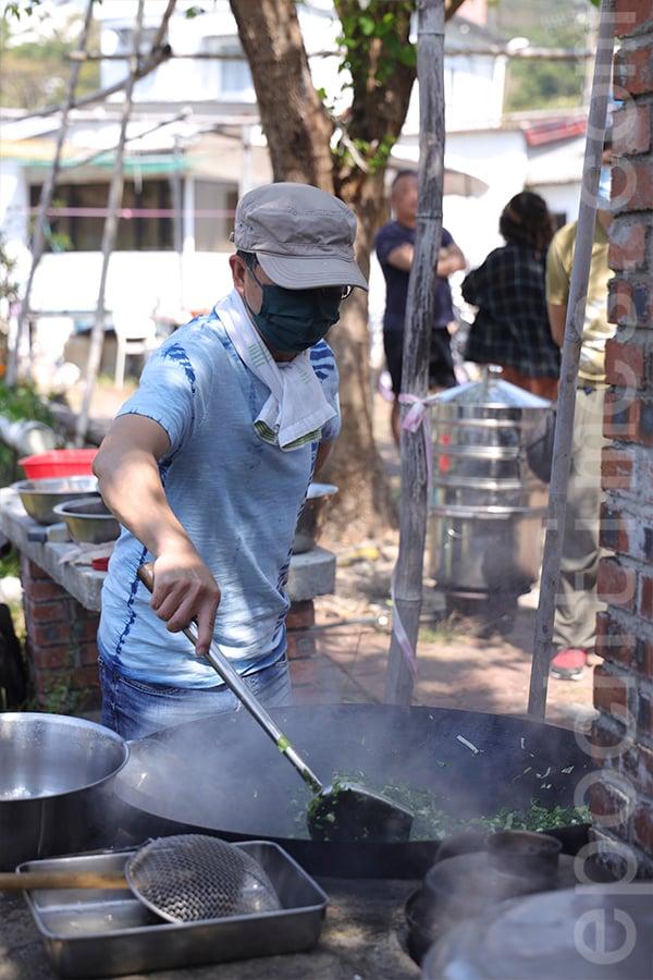 薄扶林村文化環境保育小組核心組員黃廣長第二次參加菜茶製作活動。(陳仲明/大紀元)