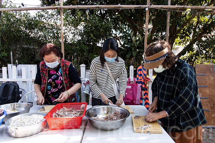 村民們準備菜茶材料中。(陳仲明/大紀元)