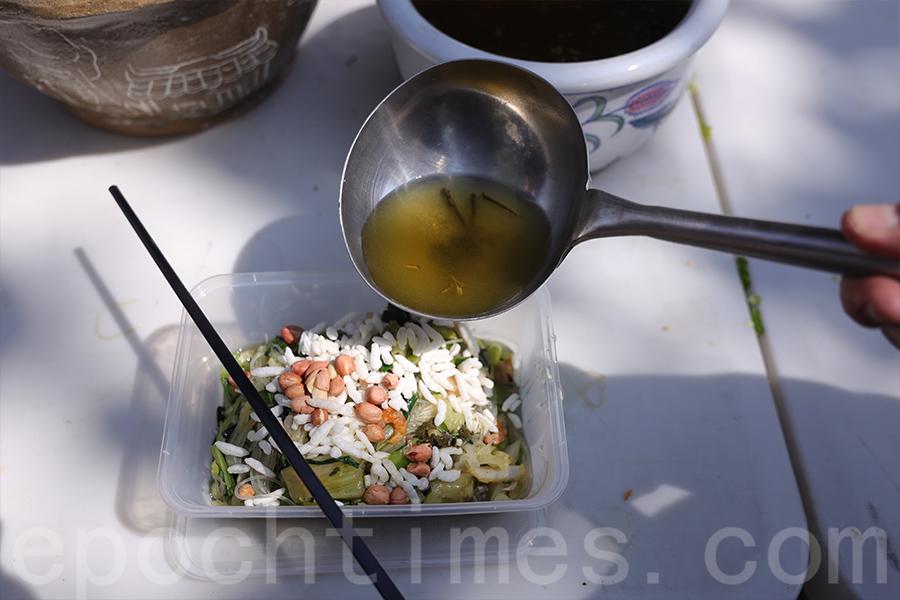 材料豐富的菜餚加上炒米、花生,淋上用石榴木擂好的茶水,香氣撲鼻。(陳仲明/大紀元)