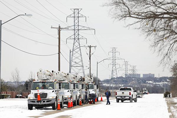 雖然德克薩斯州電力已經恢復,但很多居民仍面臨用水的困難,而有些居民收到了巨額賬單,一些電力供應商也損失慘重。(Ron Jenkins/Getty Images)