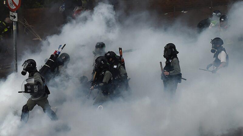 2019年11月,港警武力圍攻理大,拘捕學生。(YE AUNG THU/AFP via Getty Images)