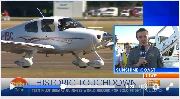 澳洲18歲少年8月27日創下歷來獨自駕駛一架Cirrus SR-22單引擎飛機環遊世界一周的最新紀錄,成為最年輕「獨自飛行環遊世界」的人。(視像擷圖)