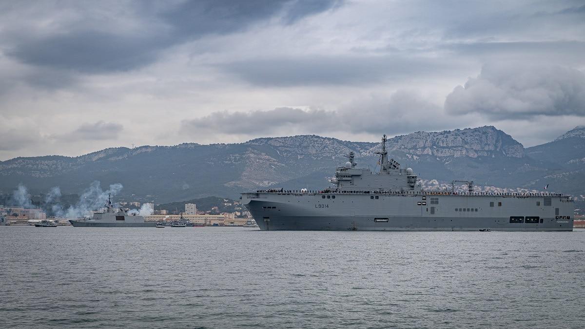 2021年2月18日,法國兩棲攻擊艦坦納爾號和護衛艦蘇爾庫夫從土倫海軍基地出發。(法國海軍)