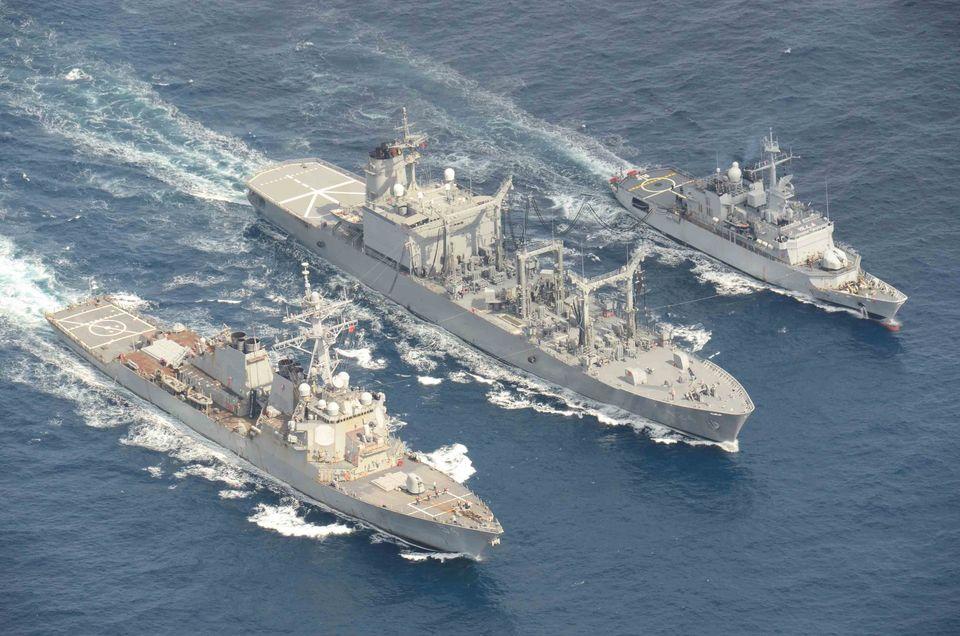 2月19日,在東海海域進行聯合補給訓練的美日法軍艦從左自右為:美國驅逐艦柯蒂斯維爾巴號、日本濱名號和法國輕型牧月號。(JMSDF)