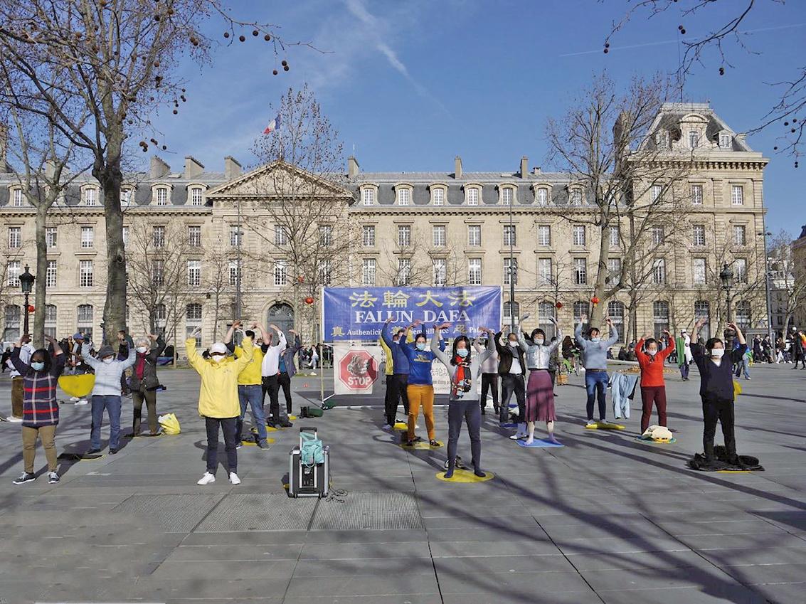 法輪功學員在巴黎共和廣場展示法輪功功法。(明慧網)