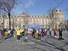 在巴黎共和廣場遇見法輪功