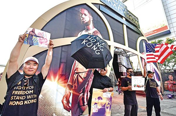 2019年,NBA侯斯頓火箭隊總經理在推特上表達支持香港後引發中共惱怒,著名NBA球星詹姆斯表態挺中共,詹的表態代表很多在中國有商業利益的團體的做法。但詹姆斯的表態在香港引發民眾批評。(Getty Images)