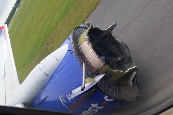 周六早晨,西南航空一架波音737-700客機出現嚴重引擎故障逼降佛州彭薩科拉市。圖為損毀的引擎。(Twitter@smillerddd3)
