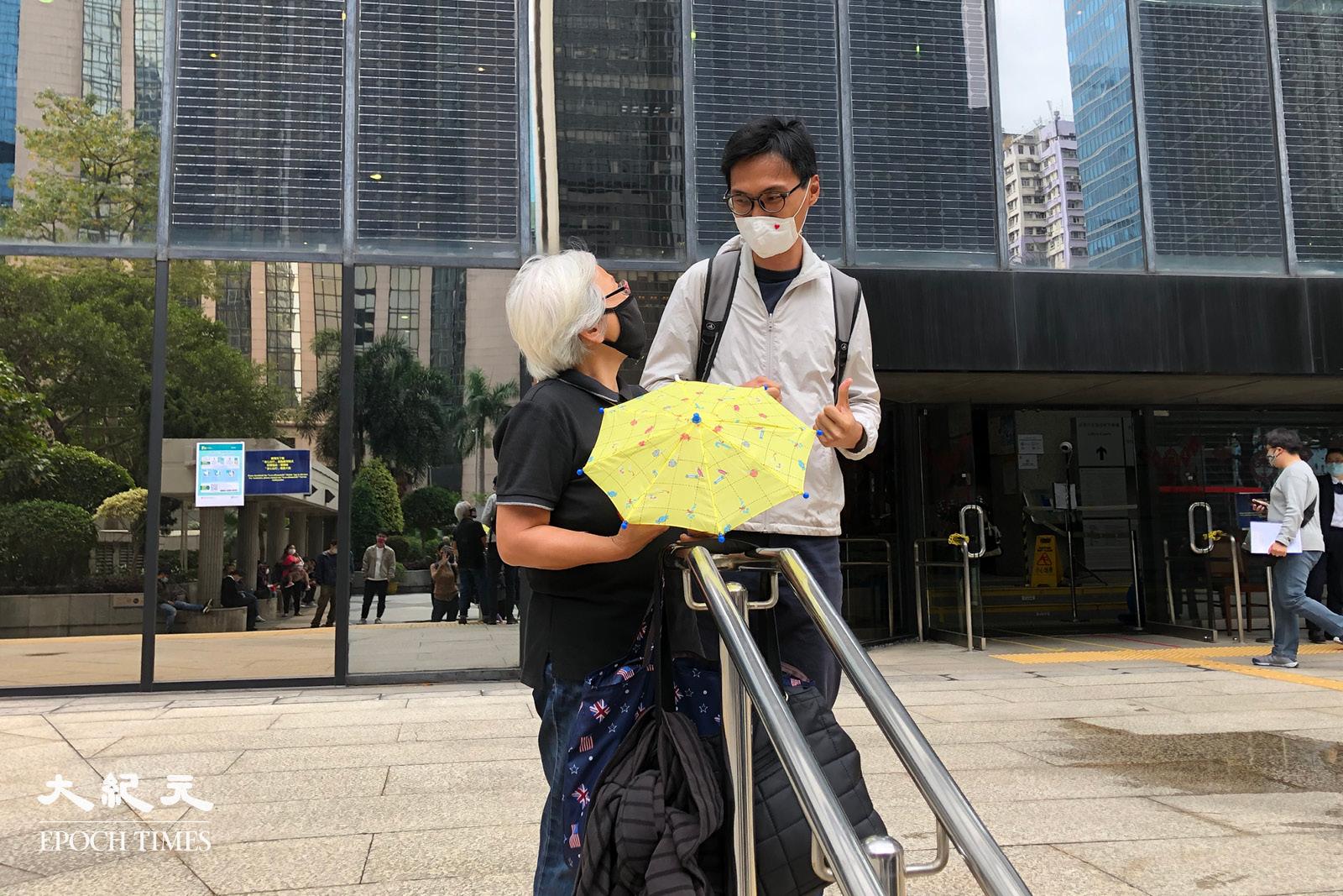 前立法會議員朱凱迪離開法院後,與在法院外聲援的社運人士王婆婆問候。(張曉慧/大紀元)