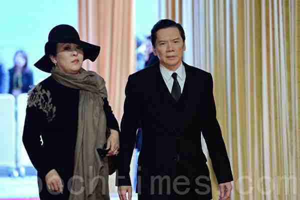 香港影視大亨向華強申請到台灣依親被駁回,旁邊為妻子陳嵐。(宋碧龍/大紀元)