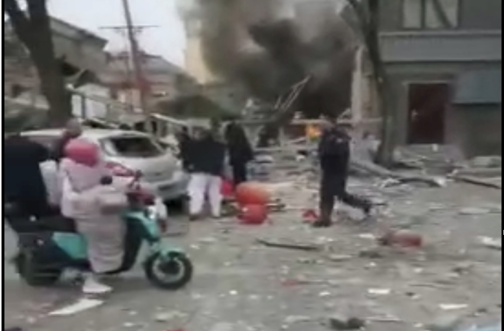 北京西城區西絨線胡同「德峰餐廳」發生爆炸,房屋全毀,滿地碎磚瓦礫(視像截圖)
