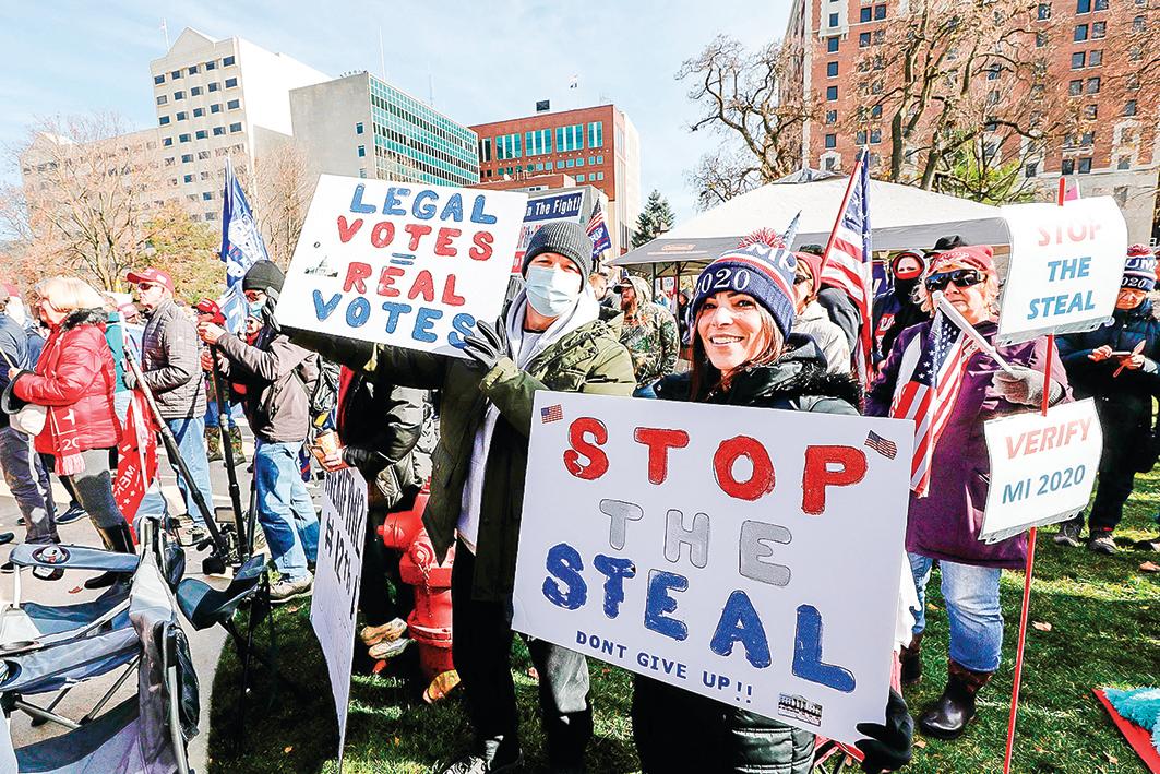 2020年11月14日,民眾聚集在密歇根州府蘭辛反對竊選。(Jeff Kowalsky/AFP via Getty Images)