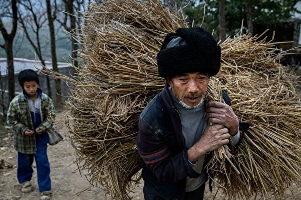 大陸民眾表示,農村很苦,別信共產黨的「脫貧」謊言。示意圖。(Kevin Frayer/Getty Images)