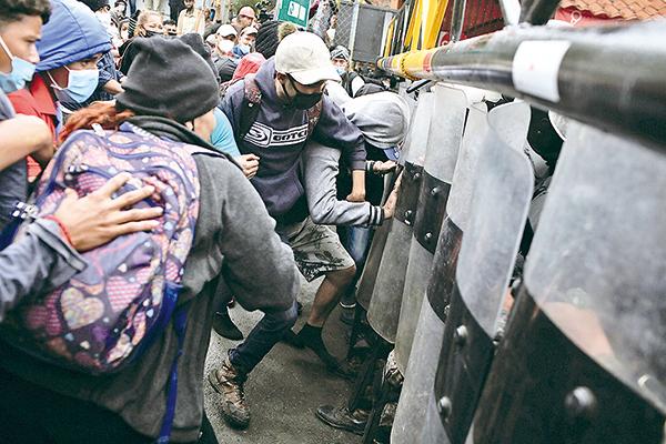 1月16日,大批中美洲難民強行進入危地馬拉,向墨西哥行進,他們的最終目的地是美國。(Getty Images)