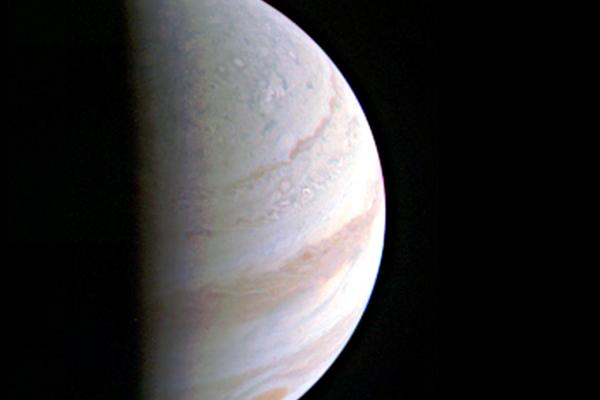 NASA在周六發佈首張木星北極的照片,朱諾是在距離木星7030公里處拍攝。(NASA)