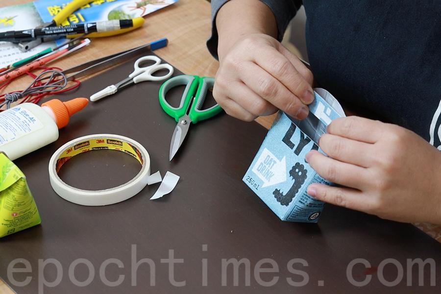 將雙面膠紙黏在半圓紙片內面作保護固定。(陳仲明/大紀元)