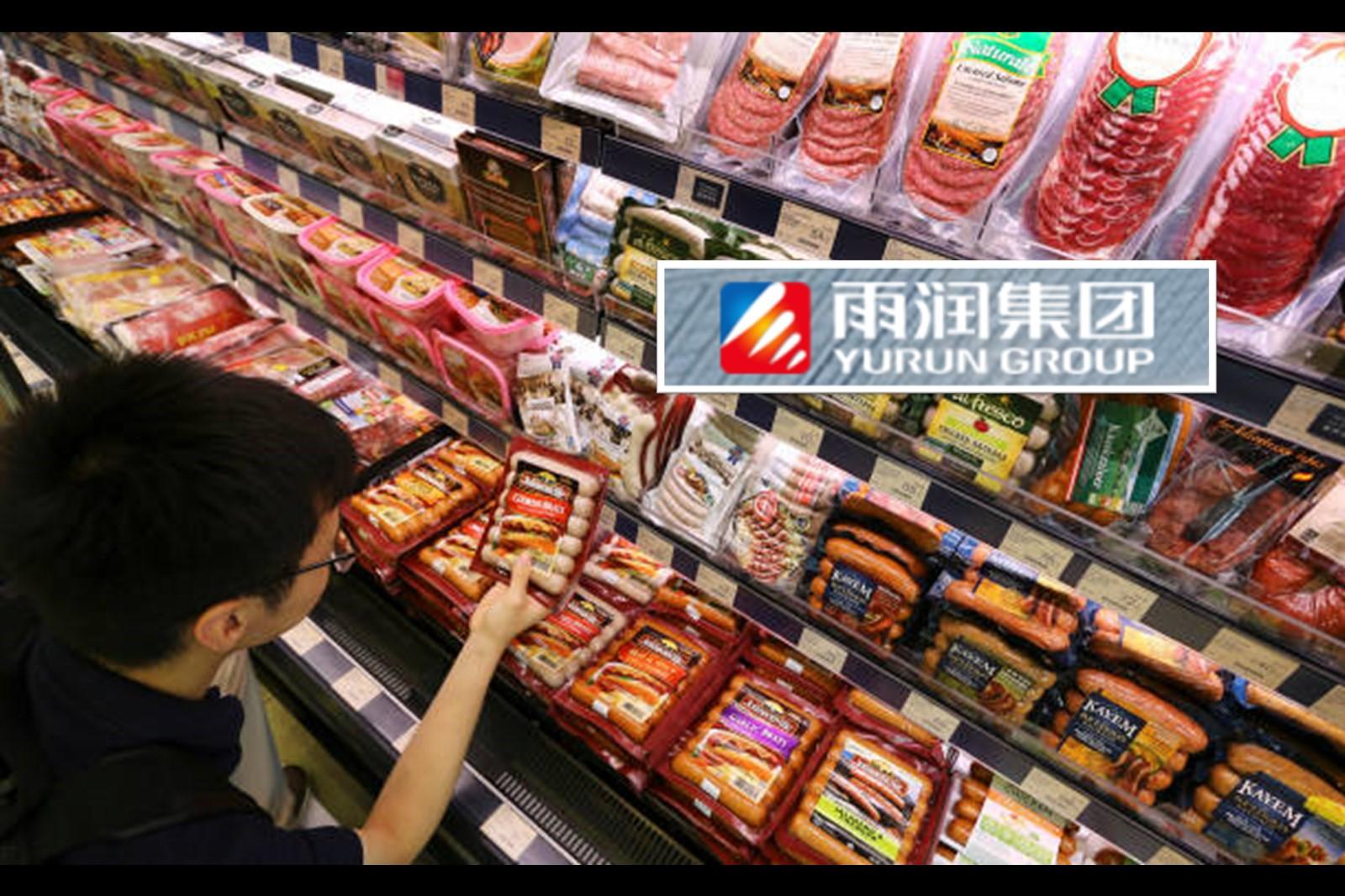 20世紀90年代,年僅28歲的祝義財發現低溫肉製品是沒有競爭的藍海市場,從銀行獲得280萬貸款建成十條自動化肉類加工生產線。雨潤火腿腸就此誕生,隨後開始向「豬肉王」進軍。(網頁擷圖、Sam Tsang/South China Morning Post via Getty Images/大紀元製圖)