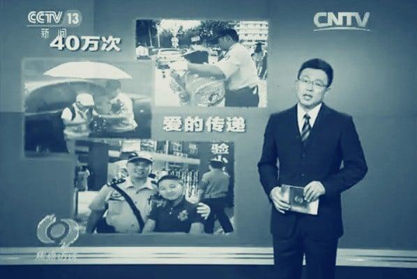 官方媒體宣傳的社區警察高寶來為送學生家長們開關車門的數據遭到質疑。(網絡圖片)