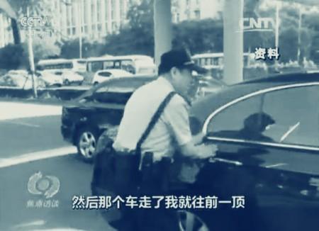 官方媒體創造性地統計出社區警察高寶來為送學生家長們開關車門的數據遭到質疑。(網絡圖片)