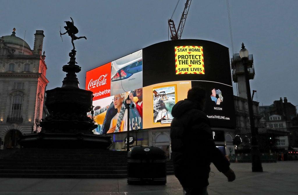 經過三次封城後,英國首相約翰遜於22日公佈解封計劃。從3月8日開始,英格蘭將逐步解除封城限制,但是解封需要滿足一定的條件。圖為位於Piccadilly Circus的政府抗疫廣告。(Chris Jackson/Getty Images)