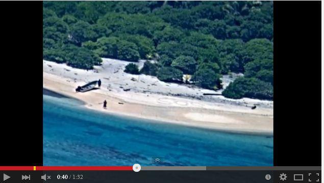 兩名水手在太平洋出海航行時遭遇意外,被困荒島。水手在沙灘上寫出「SOS」字樣,最終獲救。(視像擷圖)