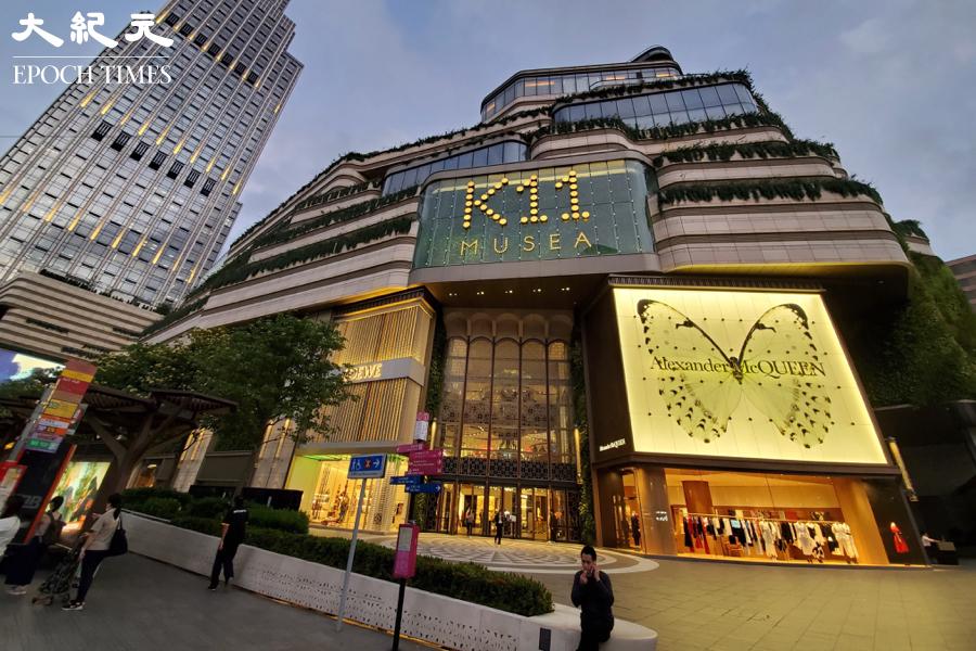 尖沙咀K11 Musea商場「名潮食館」群組再多22人染疫,K11 Musea表示將於28日起關閉兩日,安排所有商場及租戶員工進行病毒檢測。(宋碧龍/大紀元)