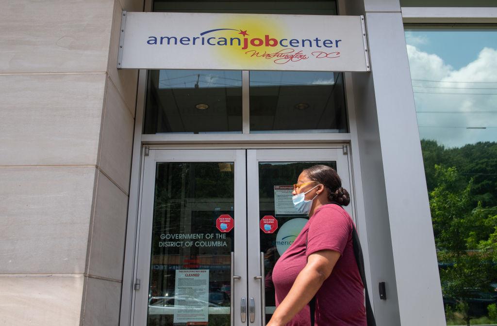 美國增發疫情援助金,商務部昨(2月26日)公佈1月個人收入走高10%。(SAUL LOEB/AFP via Getty Images)