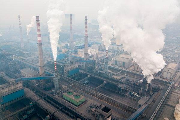 圖為2018年2月17日,陝西省韓城市鋼鐵廠的煙囪正在排放污染廢氣。 (FRED DUFOUR/AFP via Getty Images)