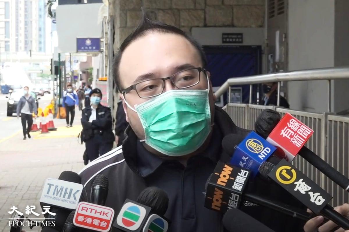 今天(2月28日),泛民區諾軒、鄭達鴻、香港民主派組織「民主動力」召集人趙家賢等涉違國安法,下午到北角警署報到時被捕。趙家賢多謝香港人關心並希望大家好好活下去。(Bill Cox/大紀元)