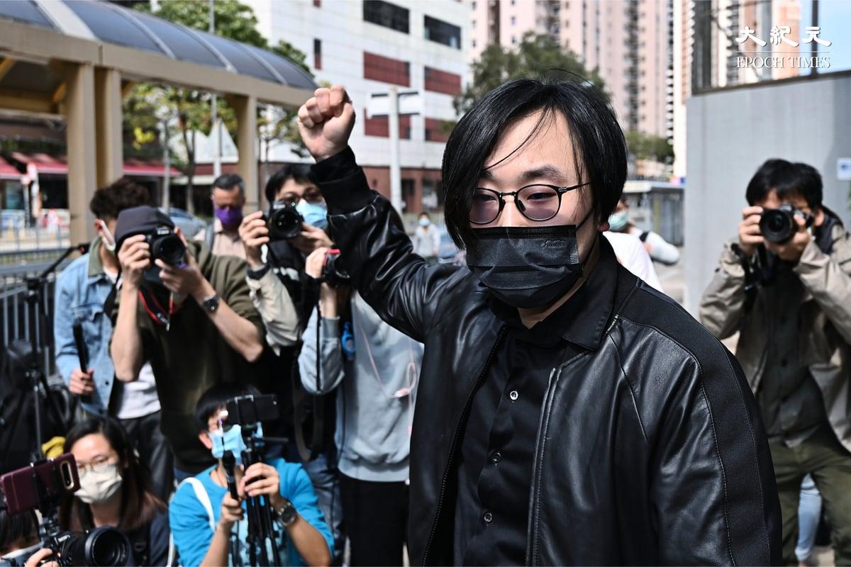 阿布泰國生活百貨老闆林景楠舉起右手握拳高喊「香港人加油」。(宋碧龍/大紀元)
