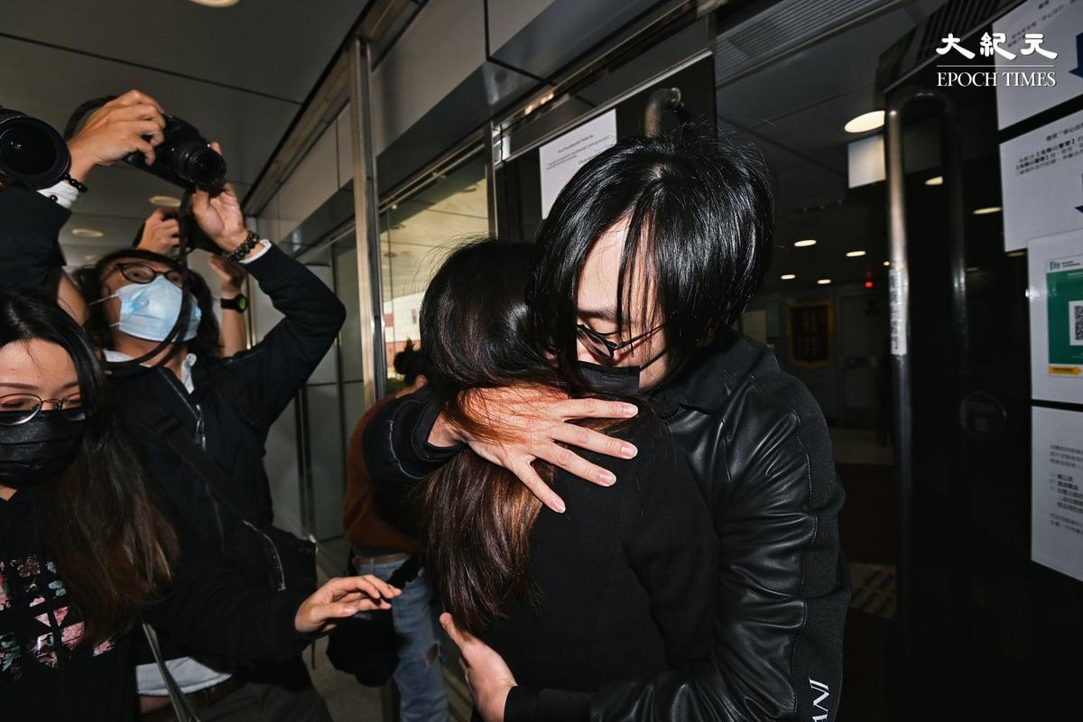 林景楠步入警署前與太太擁抱。(宋碧龍/大紀元)