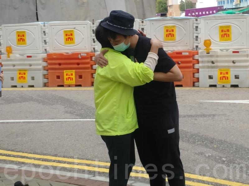 岑子杰與黃碧雲擁抱。(溫迪/大紀元)