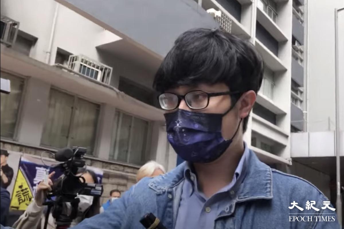 劉頴匡就國安法初選案提早到旺角警署報到。(唐碧琦/大紀元)