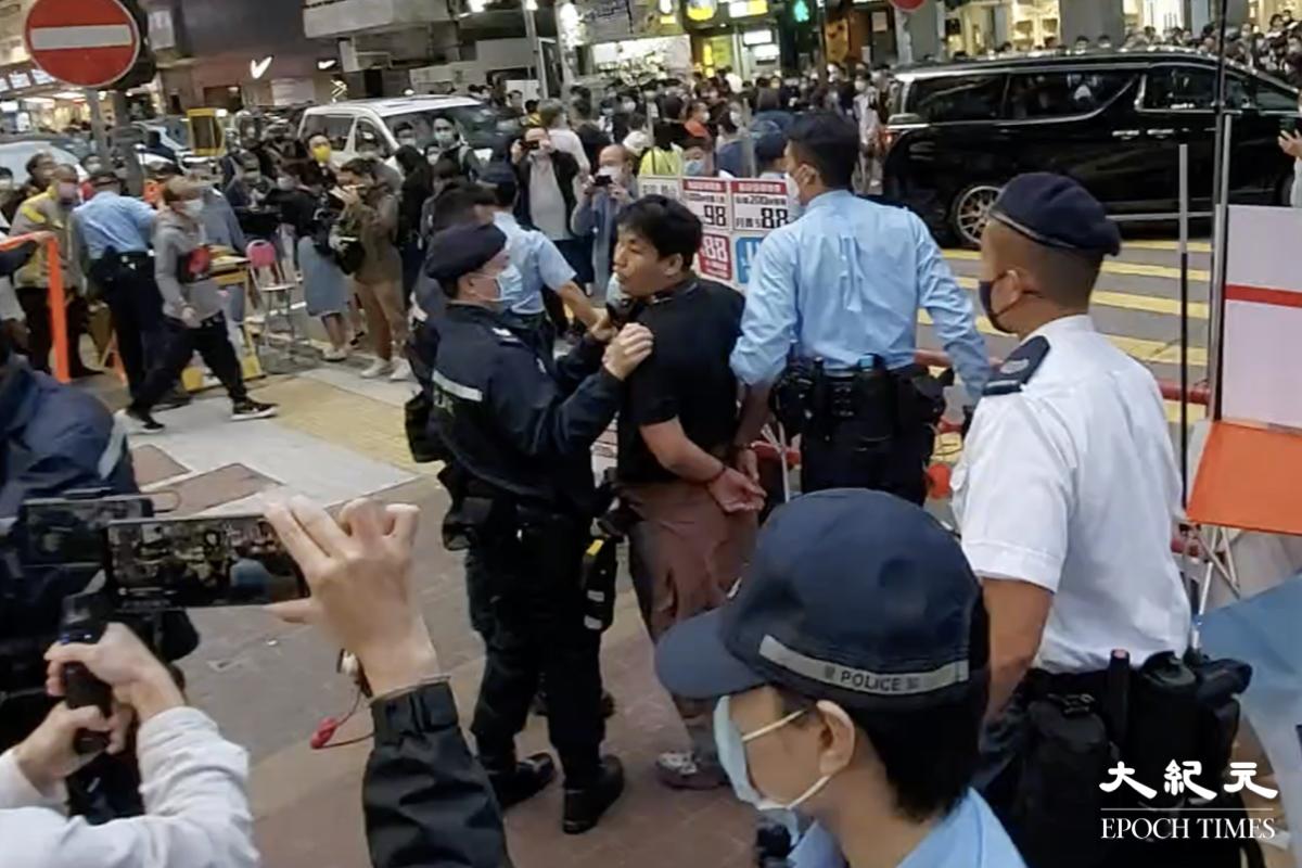 今(2月28)日下午,賢學思政及醫管局員工陣線在旺角擺放街站,被大約20名機動部隊成員突然封鎖街站。警方與在場人士發生口角後,突然從封鎖線內衝出追捕一名男子,並將其拘捕。(麥碧/大紀元)